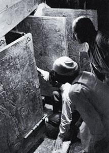 Говард Картер, Артур Каллендер и рабочий египтянин открывают дверь в сокровенную часть усыпальницы