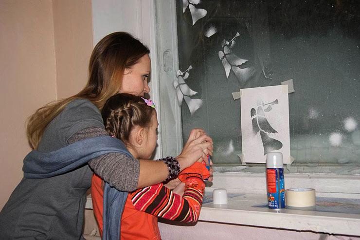 И учились рисовать ангелов на окне с помощью искусственного снега и трафарета.